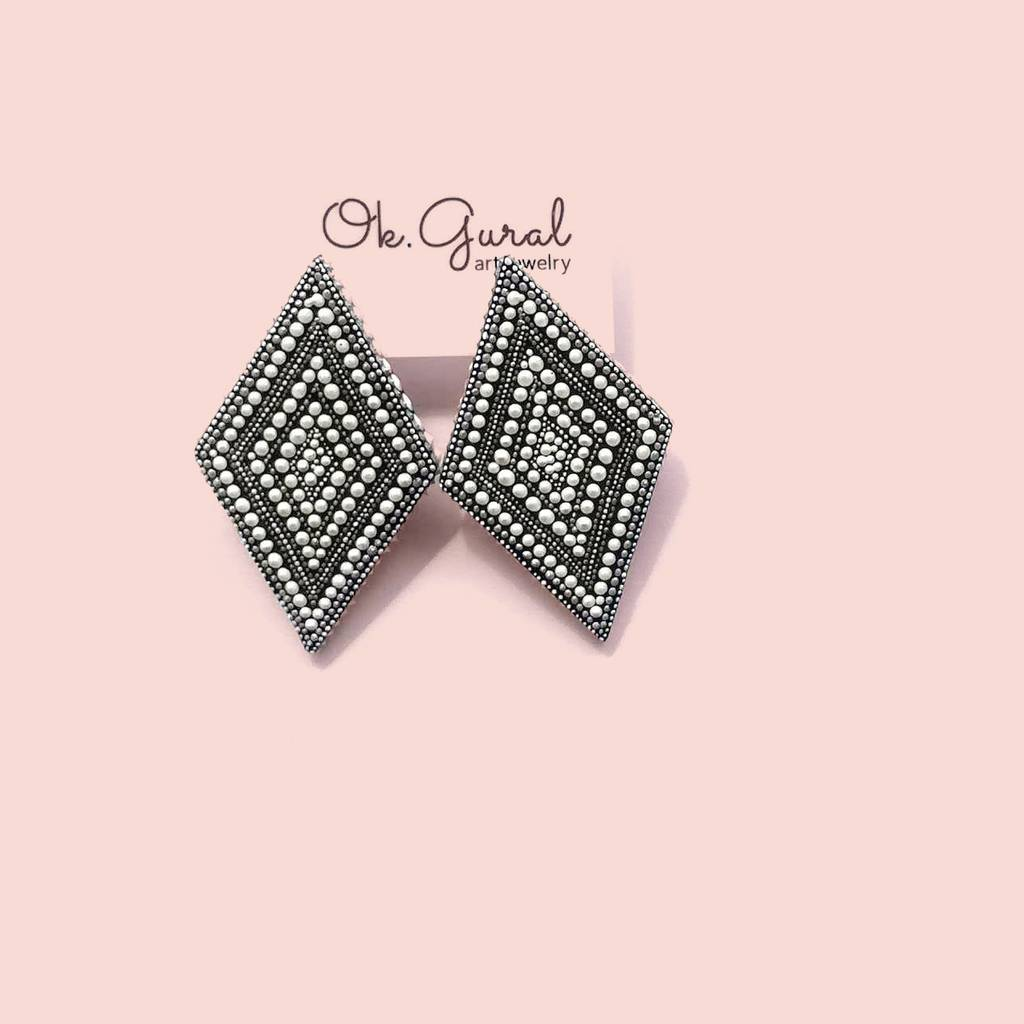 Rhombus stud earrings. LINE. WHITE
