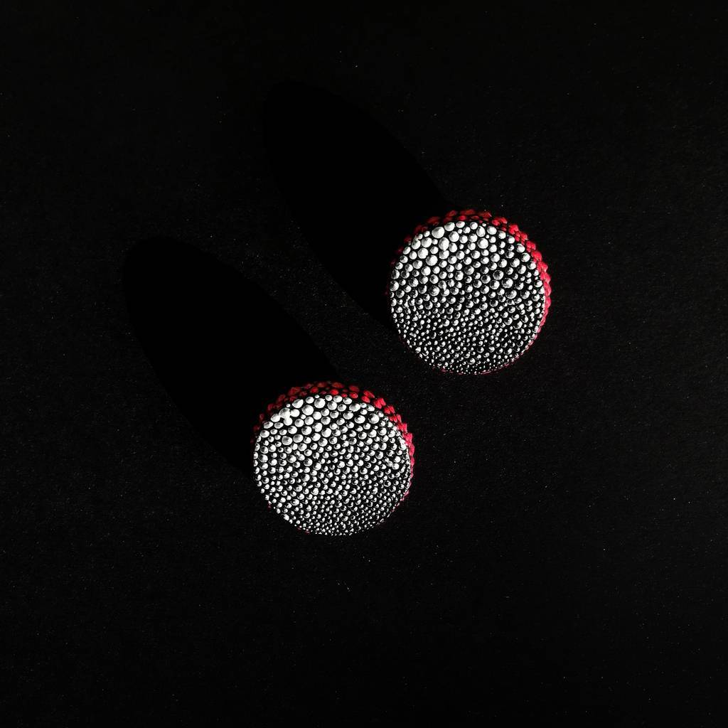 Circle stud earrings. GRADIENT. SILVER AND RED