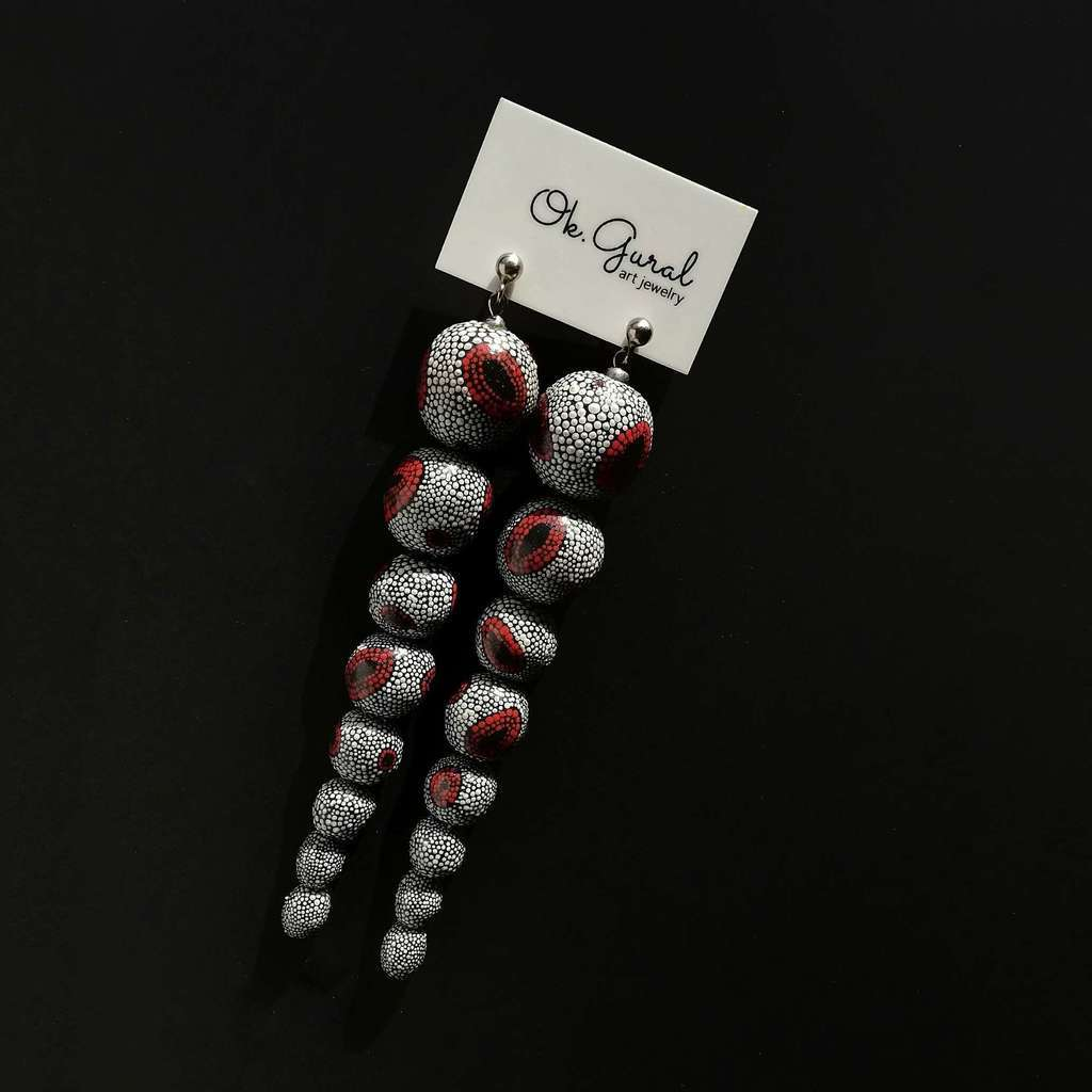 8 beads 16-5mm dangle earrings. DOT. WHITE AND RED