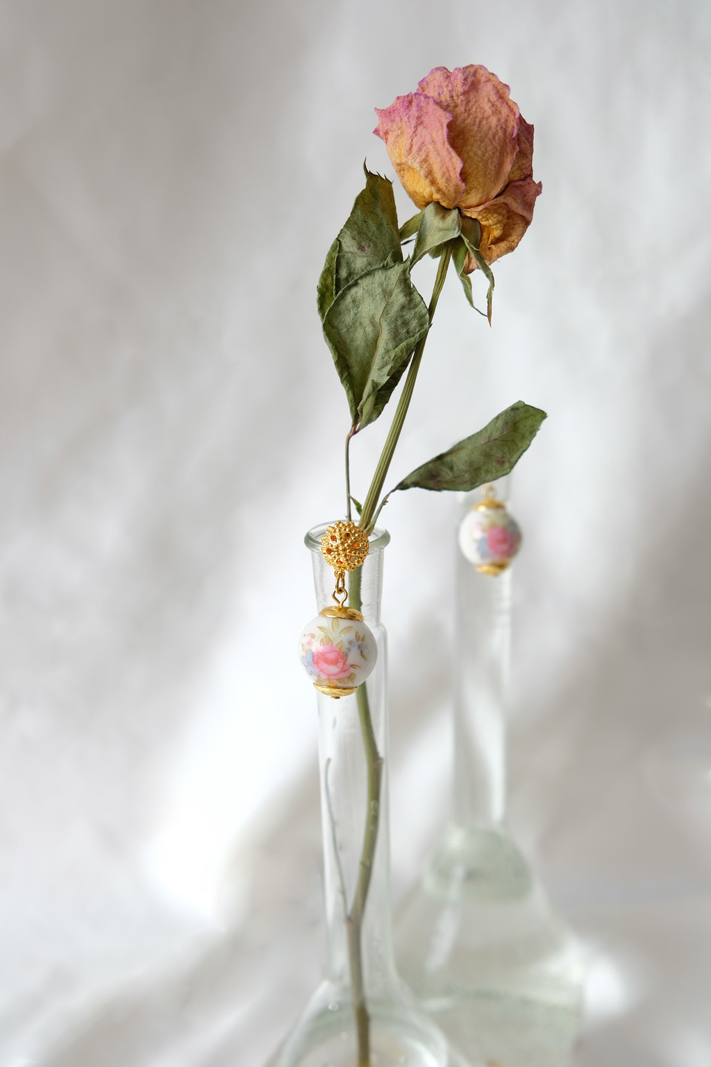 Dangle earrings with roses