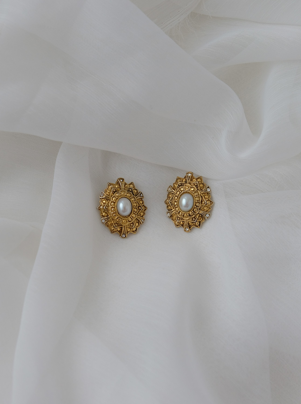 Earrings with a small pearl and crystals
